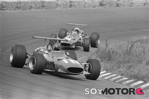 Jacky Ickx y Chris Amon en el GP de Holanda de 1968 con Ferrari - SoyMotor