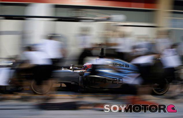 Jenson Button hace una parada en boxes en Baréin - LaF1