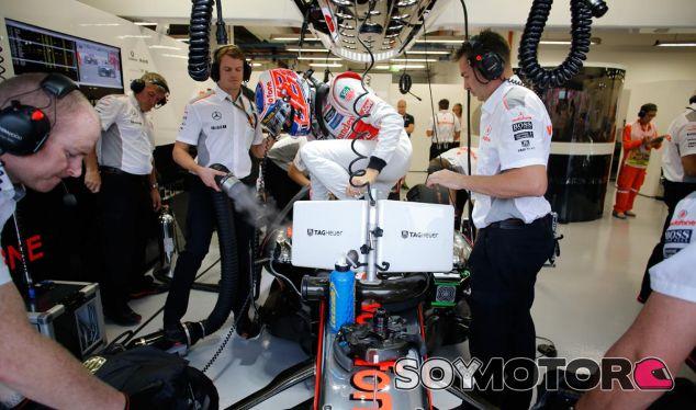 Jenson Button se mete en el McLaren MP4-28 - LaF1