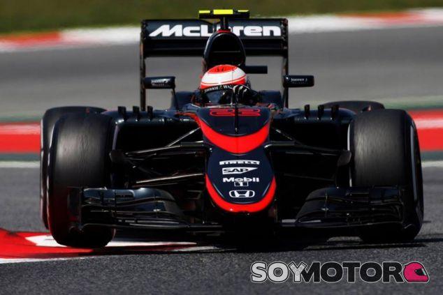 Jenson Button rodando con el 'temerario', en Barcelona, MP4-30 - LaF1.es