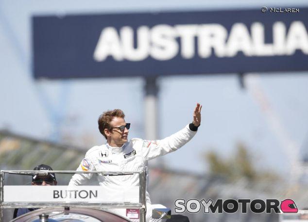 Jenson Button durante el 'drivers parade' en Australia - LaF1.es