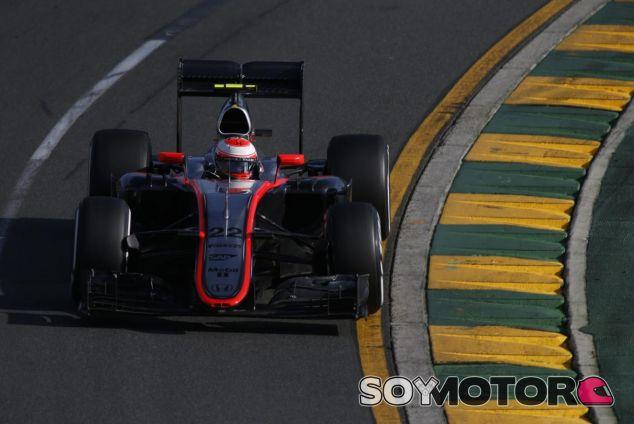 Jenson Button tomando una curva con el MP4-30 de McLaren-Honda - LaF1.es