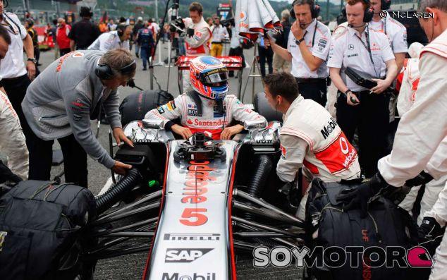 Jenson Button en la parrilla de salida con el MP4-28 - LaF1