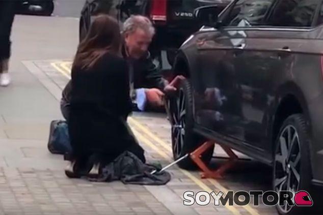 Jeremy Clarkson se 'mancha las manos' para cambiar una rueda a una fan