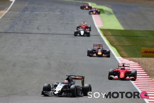 Nico Hulkenberg por delante de Kimi en Silverstone - LaF1.es