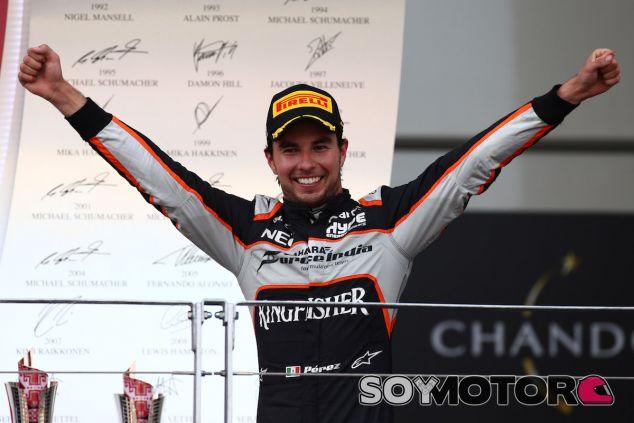 Sergio Pérez en el podio de Bakú - LaF1
