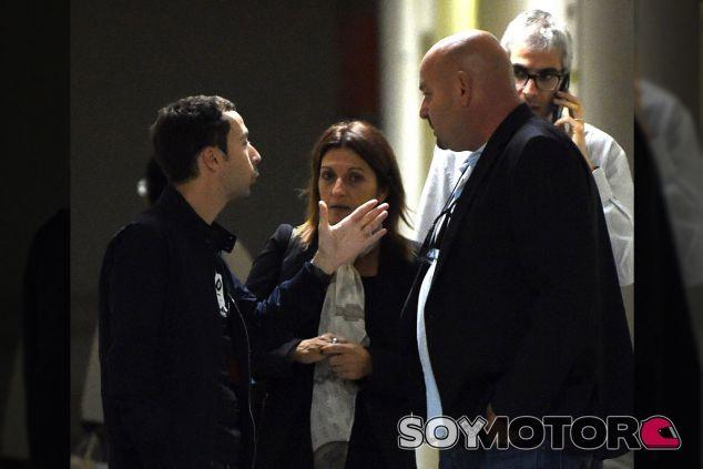 Nicolas Todt (izquierda) conversa con la madre y el padre de Jules ante el hospital - LaF1