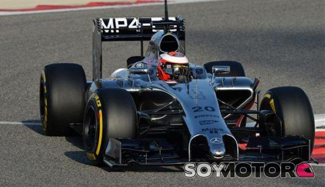 Magnussen líder, Alonso se cuela entre Mercedes y Red Bull ve la luz