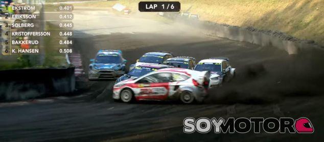 Kevin Eriksson adelanta desde el exterior en la primera curva del trazado Rallycross - SoyMotor.comc
