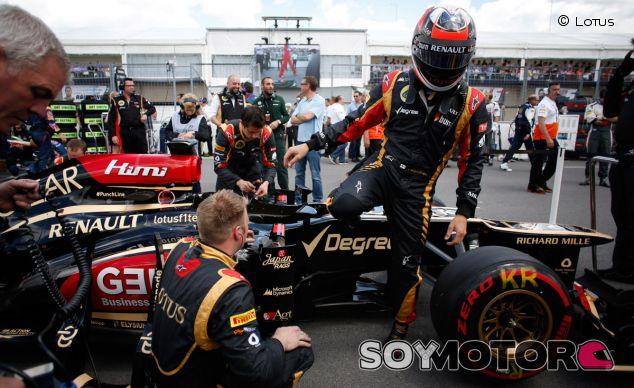Kimi Räikkönen desciende del Lotus E21 en la parrilla de salida