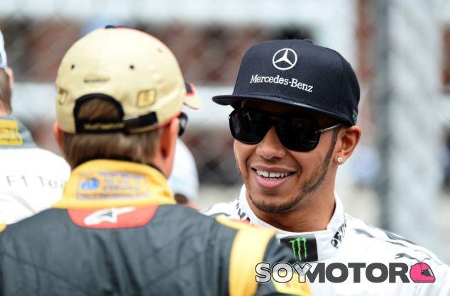 Kovalainen y Hamilton en una imagen de archivo del GP de Brasil de 2013 - SoyMotor