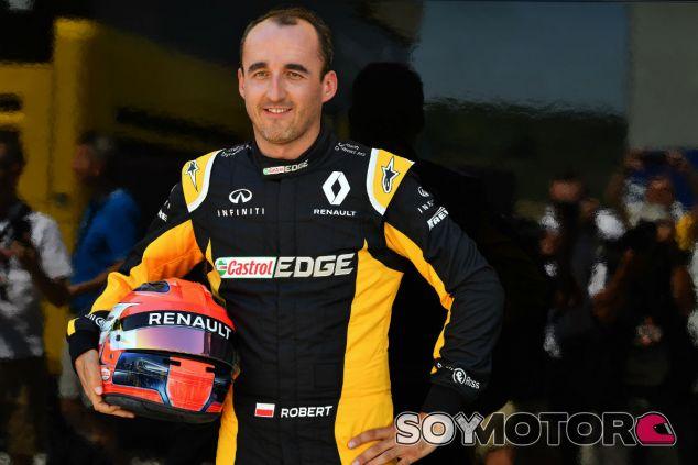 Kubica, con el equipo Renault durante la jornada 1 de test en Hungría - SoyMotor
