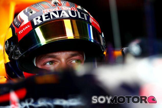 Daniil Kvyat subido en el RB11 durante los entrenamientos de Hungría - LaF1