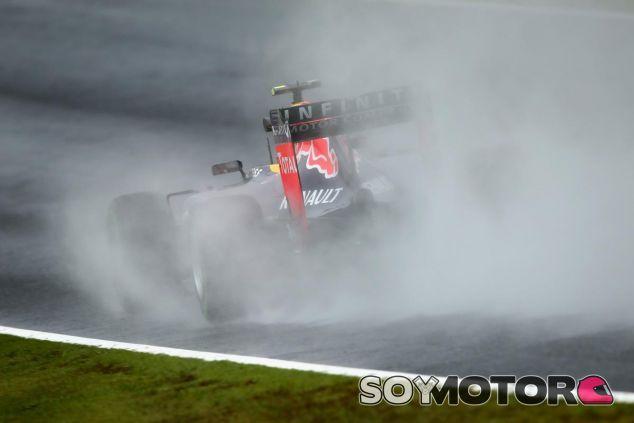 El Red Bull de Kvyat dejando una estela de agua considerable tras de sí - LaF1