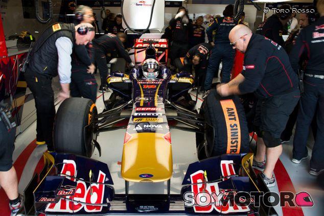 Daniil Kvyat en el box de Toro Rosso, durante los Libres de Austin - LaF1
