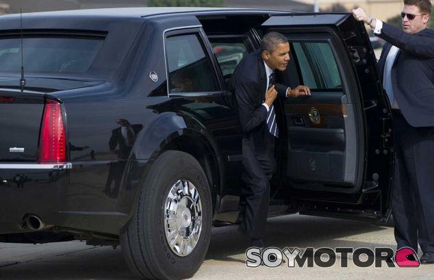 Barack Obama saliendo de su Cadillac presidencial. Sin duda las proporciones del vehículo impresionan - SoyMotor