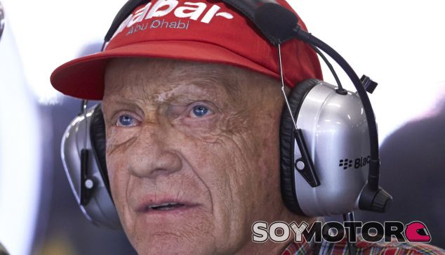 Niki Lauda en el box de Mercedes durante el GP de España de 2013