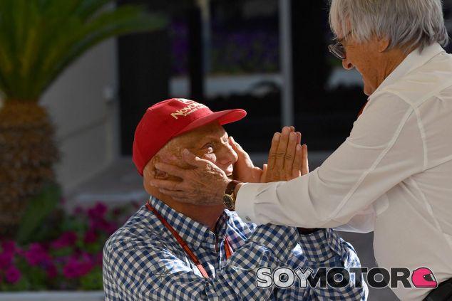 Niki Lauda reza a Bernie Ecclestone en Abu Dabi 2016 - SoyMotor