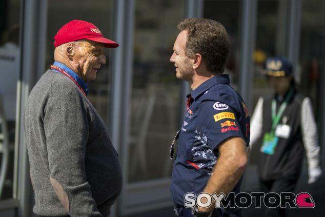 Niki Lauda y Christian Horner durante un GP esta temporada - SoyMotor.com