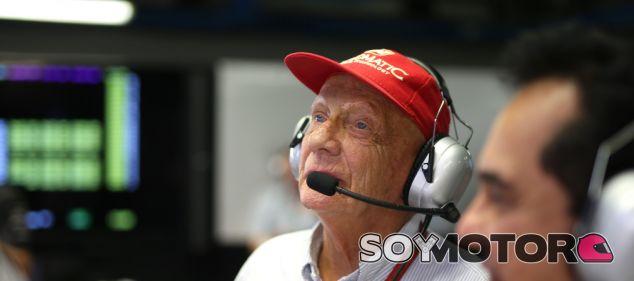 Lauda, en el box de Mercedes durante un GP - LaF1