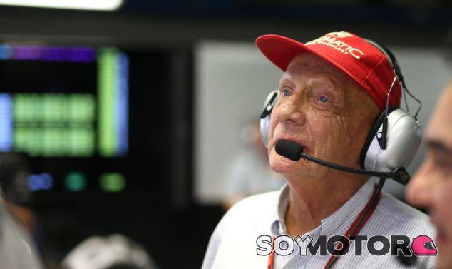 Niki Lauda durante un Gran Premio en el box de Mercedes - LaF1