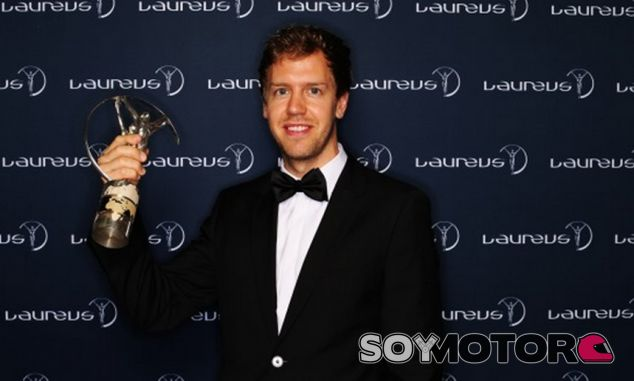 Sebastian Vettel posa con su Laureus - LaF1