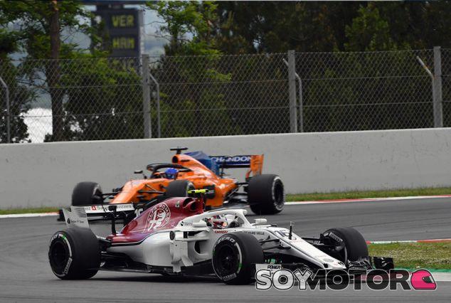 Charles Leclerc, por delante de Fernando Alonso en Barcelona - SoyMotor.com