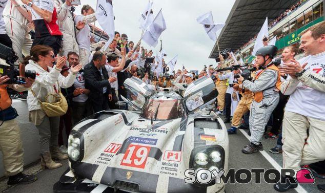 Nico Hülkenberg celebrando su victoria en Le Mans con Porsche - LaF1