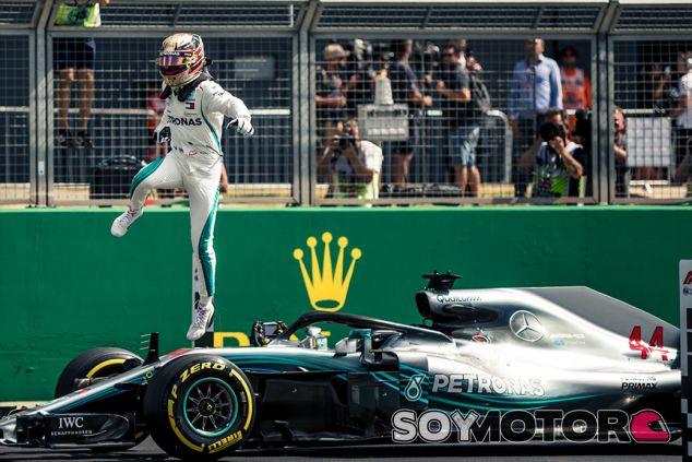 Lewis Hamilton, de celebración en Silverstone - SoyMotor.com