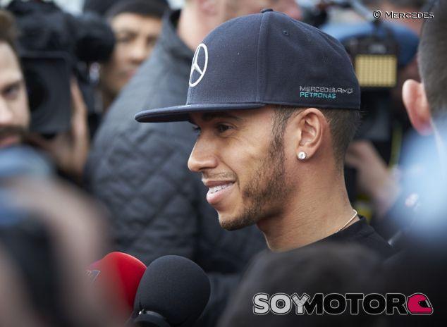Lewis Hamilton habla ante la prensa - LaF1.es