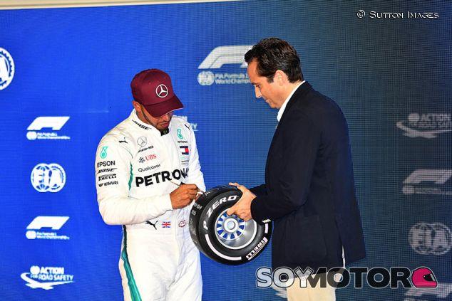 Lewis Hamilton recibe el premio por la Pole en Marina Bay - SoyMotor.com