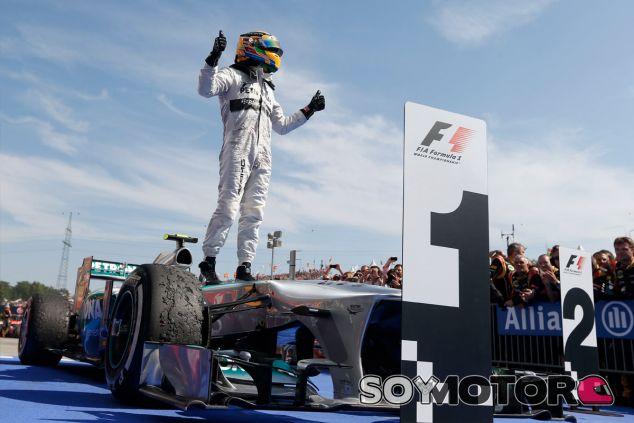 Lewis Hamilton festeja su triunfo en Hungría - LaF1