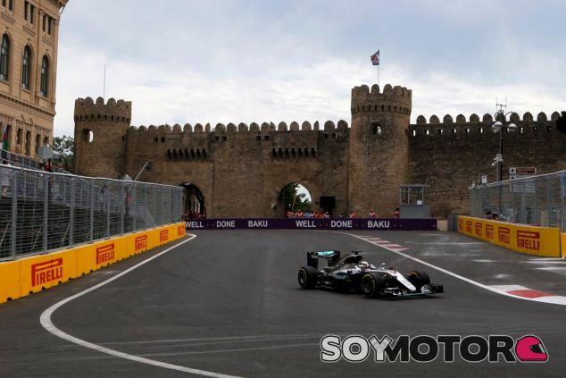 Hamilton golpea primero en Azerbaiyán - LaF1
