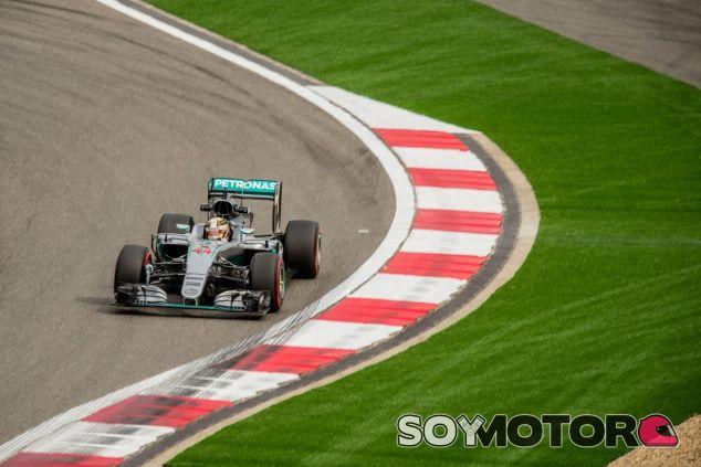 Lewis Hamilton ha vuelto a verse en problemas durante la salida - LaF1