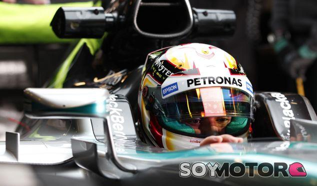 Lewis Hamilton subido al W06 de Mercedes - LaF1.es