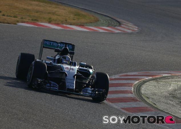 Lewis Hamilton con el W06 en Barcelona - LaF1.es