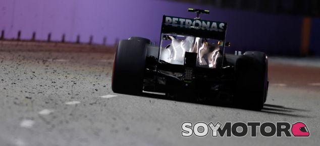 Lewis Hamilton en Marina Bay, con virutas de goma en la pista - LaF1