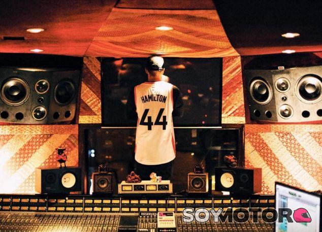 Lewis Hamilton en su estudio de música - LaF1