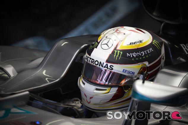 Lewis Hamilton subido a su W07 - LaF1