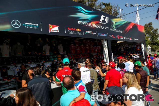 Aficionados adquieren productos F1 durante el GP de México 2017 - SoyMotor.com