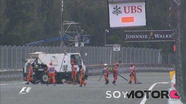 Los comisarios limpian el debris tras la rotura de alerón de Felipe Nasr - LaF1
