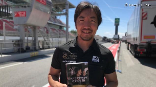 Ayao Komatsu con su libro en el Circuit de Barcelona-Catalunya - SoyMotor