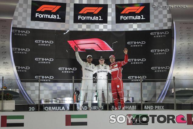 Podio en Abu Dabi con el nuevo logotipo de la F1 - SoyMotor