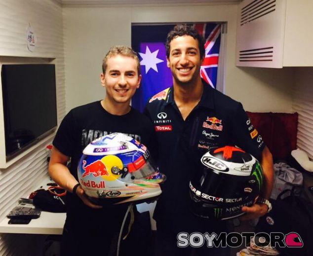Jorge Lorenzo y Daniel Ricciardo posan sonrientes tras intercambiarse sus cascos - LaF1