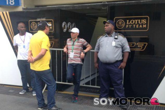 La policía impide trabajar a los mecánicos de Lotus - LaF1