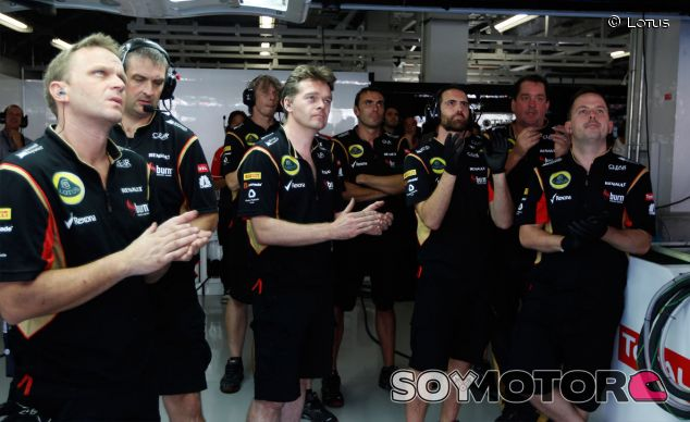 Mecánicos de Lotus durante el Gran Premio de Japón - LaF1