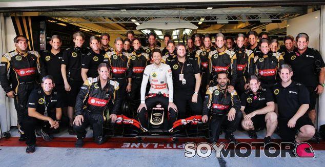 Romain Grosjean posa junto al equipo Lotus - LaF1