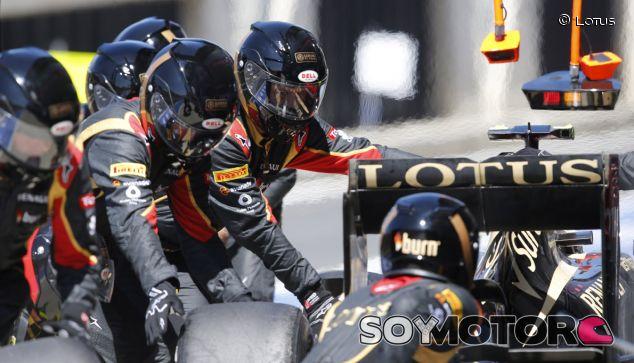 Mecánicos de Lotus con Romain Grosjean