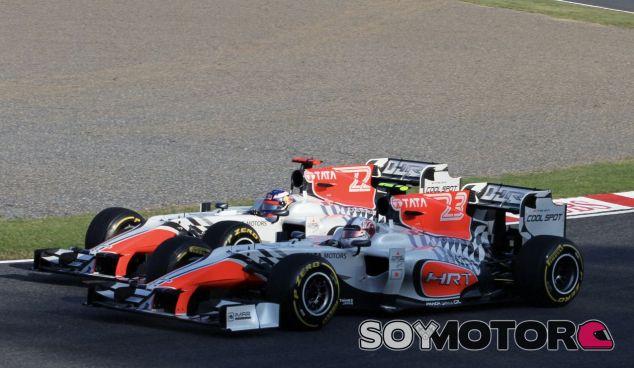 Luizzi y Ricciardo durante 2011 con HRT y un gran dorsal en la aleta de tiburón – SoyMotor.com