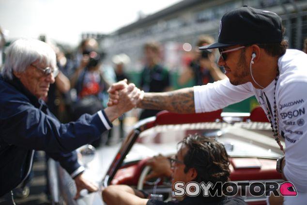 Bernie Ecclestone saluda a Lewis Hamilton en México - LaF1